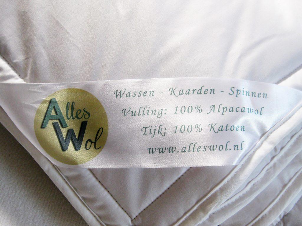 Het etiket aan het alpacawollen dekbed.